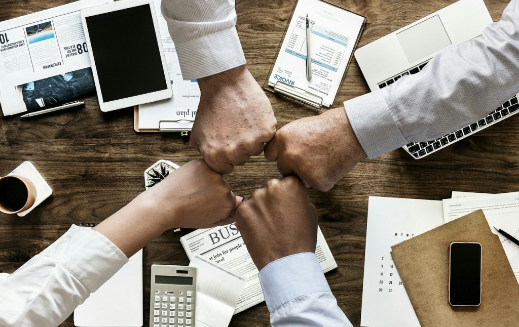 Fotografía que representa la unión de empleados y el análisis